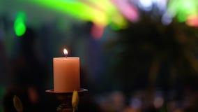Kerzen auf Kerzenständer für die Parteiweichzeichnung Kadettmädchen, welches die Kamera und die Aufstellung betrachtet stock video