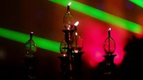 Kerzen auf Kerzenständer für die Parteiweichzeichnung Kadettmädchen, welches die Kamera und die Aufstellung betrachtet stock video footage