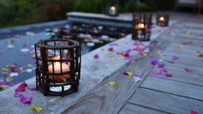 Kerzen auf Poolplattform Stockbilder