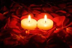 Kerzen auf rosafarbenen Blumenblättern Lizenzfreie Stockfotografie
