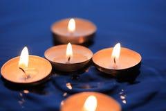 Kerzen auf Wasser Lizenzfreie Stockfotos