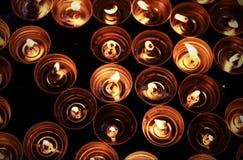 Kerzen beleuchtet mit der warmen Flamme Lizenzfreies Stockbild
