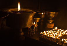 Kerzen am buddhistischen Tempel Stockbild