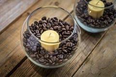 Kerzen in den Kaffeebohnen Stockfotografie