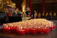 Kerzen in den Tempelritualen zum anzubeten Stockfotografie