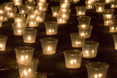 Kerzen in der Dunkelheit Lizenzfreie Stockbilder