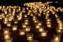Kerzen in der Dunkelheit Stockfotografie