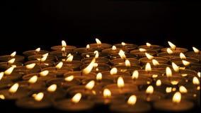 Kerzen in der Dunkelheit stock video