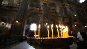 Kerzen in der Kirche stock video