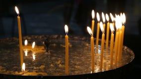 Kerzen in der Kirche stock video footage