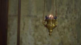 Kerzen in der Kirche stock footage