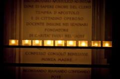 Kerzen in der Kirche Stockfoto