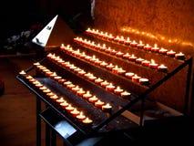 Kerzen in der Kirche lizenzfreies stockbild