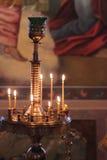 Kerzen in der Kirche Stockfotos