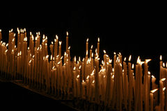 Kerzen in der Kirche Lizenzfreies Stockfoto