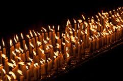 Kerzen in der Shwedagon-Pagode in Rangun Stockbilder