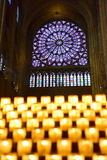 Kerzen, die in der berühmten Kathedrale Notre Dame de Paris brennen Stockfotos