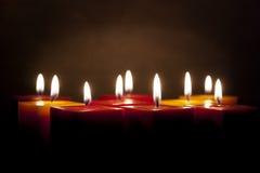 Kerzen, die in der Dunkelheit beleuchten Lizenzfreie Stockbilder