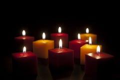 Kerzen, die in der Dunkelheit beleuchten Stockbilder