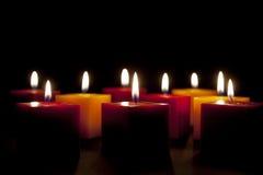 Kerzen, die in der Dunkelheit beleuchten Stockfotos