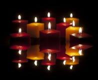 Kerzen, die in der Dunkelheit beleuchten Stockbild