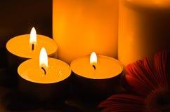 Kerzen, die in der Dunkelheit brennen Lizenzfreies Stockfoto
