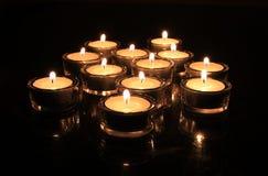 Kerzen, die in der Dunkelheit brennen Stockbild