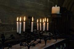 Kerzen, die in der Kapelle begraben Lizenzfreie Stockfotos