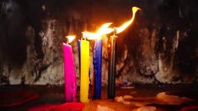 Kerzen, die im Wind durchbrennen stock footage