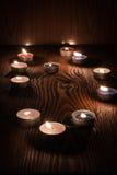 Kerzen, die nachts auf einem hölzernen Hintergrund 2 brennen Lizenzfreies Stockfoto