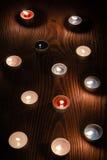 Kerzen, die nachts auf einem hölzernen Hintergrund 2 brennen Lizenzfreie Stockfotos