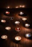 Kerzen, die nachts auf einem hölzernen Hintergrund 2 brennen Stockbilder