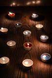 Kerzen, die nachts auf einem hölzernen Hintergrund 2 brennen Stockbild