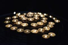 Kerzen, die nachts brennen Romantische Kerzen Auszug leuchtet Hintergrund durch Stockfoto
