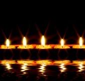 Kerzen durch das Wasser Lizenzfreies Stockfoto