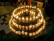 Kerzen in einem buddhistischen Tempel in St Petersburg Stockbilder