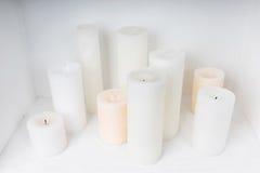 Kerzen in einem Kamin Stockbilder