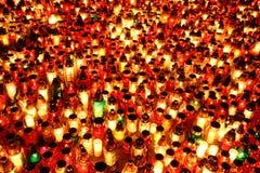 Kerzen an einem Kirchhof Stockfotos