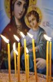 Kerzen in einer christlichen orthodoxen Kirche Stockfotos