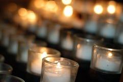Kerzen in einer Kirche Stockfotos