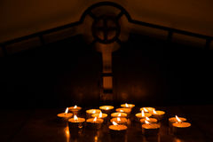 Kerzen an einer Kirche Stockbilder