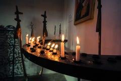 Kerzen in einer Kirche lizenzfreie stockfotos