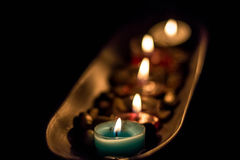 Kerzen in einer Platte von Kaffeebohnen Stockbilder