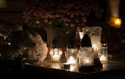 Kerzen für allen Seelen ` Tag im Kirchhof lizenzfreies stockbild