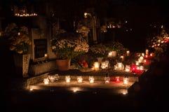 Kerzen für allen Seelen ` Tag im Kirchhof stockfotos