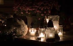 Kerzen für allen Seelen ` Tag im Kirchhof lizenzfreie stockbilder