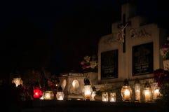 Kerzen für allen Seelen ` Tag im Kirchhof stockbilder