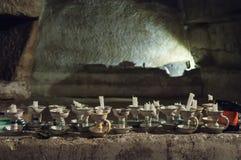 Kerzen für Besucher zu Neapel-Katakomben Lizenzfreies Stockbild
