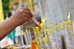 Kerzen für die Buddhismusanbetung Stockfoto