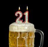 Kerzen für 21. Geburtstag im Bier Stockbild